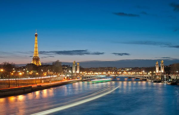 800px-Eiffel_Tower_and_Pont_Alexandre_III_at_night
